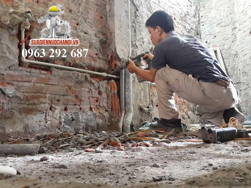 Thợ sửa điện nước sửa chữa thay thế hệ thống ống nước cũ rò rỉ