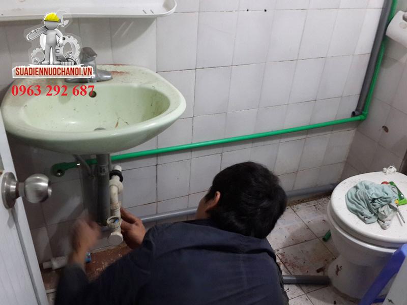Thợ sửa chữa điện nước Đức Hùng lắp ống nước