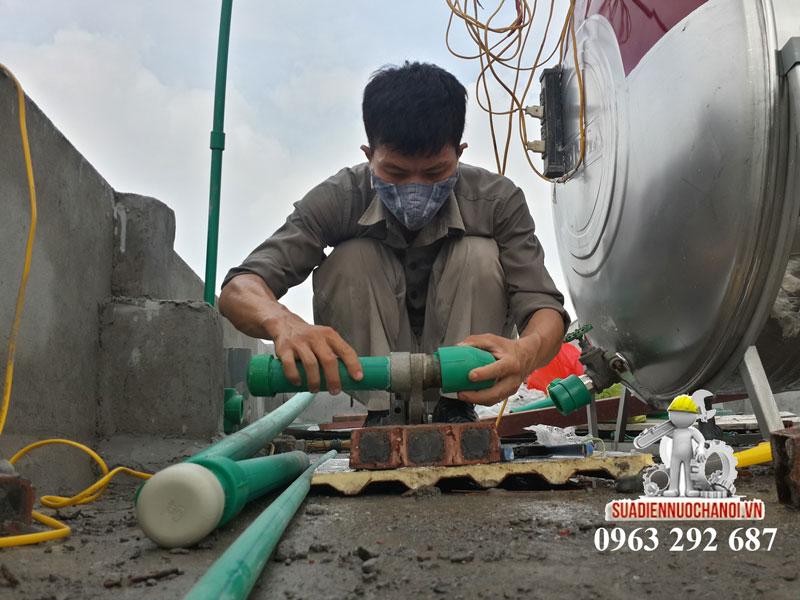 Thợ sửa điện nước Đức Hùng lắp đường ống hàn nhiệt